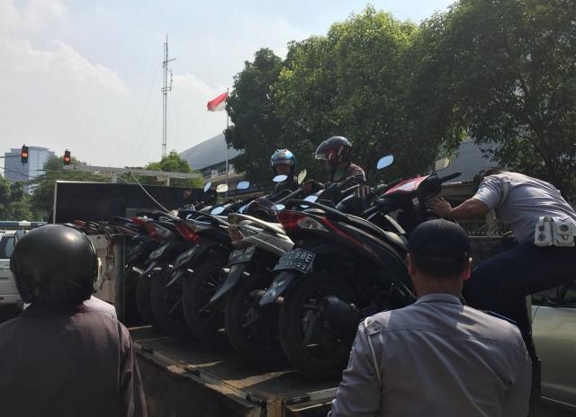 Petugas Suku Dinas Perhubungan Jakarta Pusat mengangkut 10 kendaraan roda dua di sekitar Stasiun Palmerah, Jakarta Pusat--Medcom.id/M Sholahadhin Azhar.