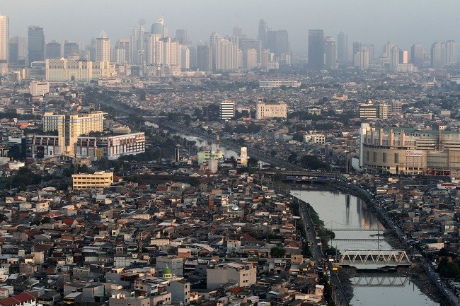 Lanskap gedung-gedung perkantoran, apartemen dan permukiman penduduk di kawasan Grogol, Jakarta Barat. (ANTARA FOTO/Widodo S).