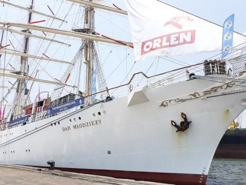 Kapal Layar Latih Polandia Bersandar di Jakarta
