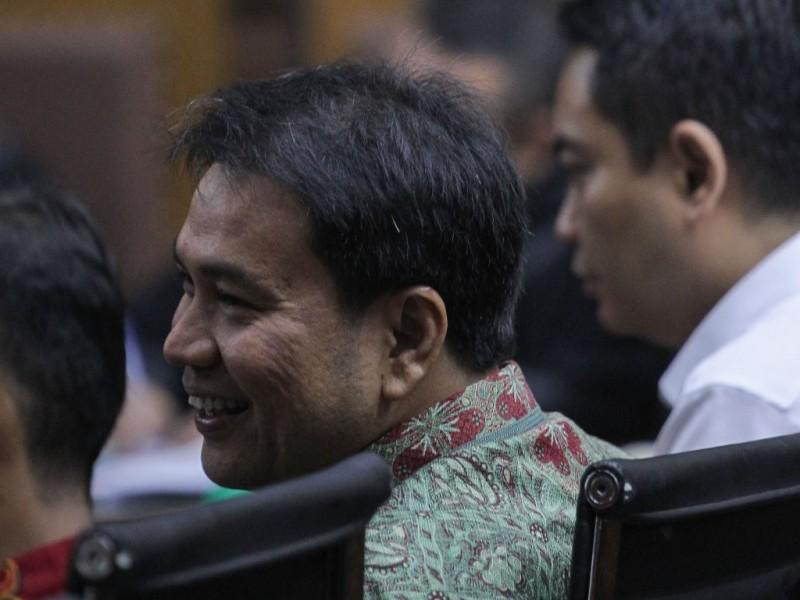 Anggota DPR Fraksi Partai Golkar M. Aziz Syamsuddin (tengah) menjadi saksi dalam lanjutan sidang kasus korupsi KTP elektronik Irvanto Hendra Pambudi Cahyo di Pengadilan Tipikor, Jakarta, Selasa (2/10). Foto: MI/Pius Erlangga.