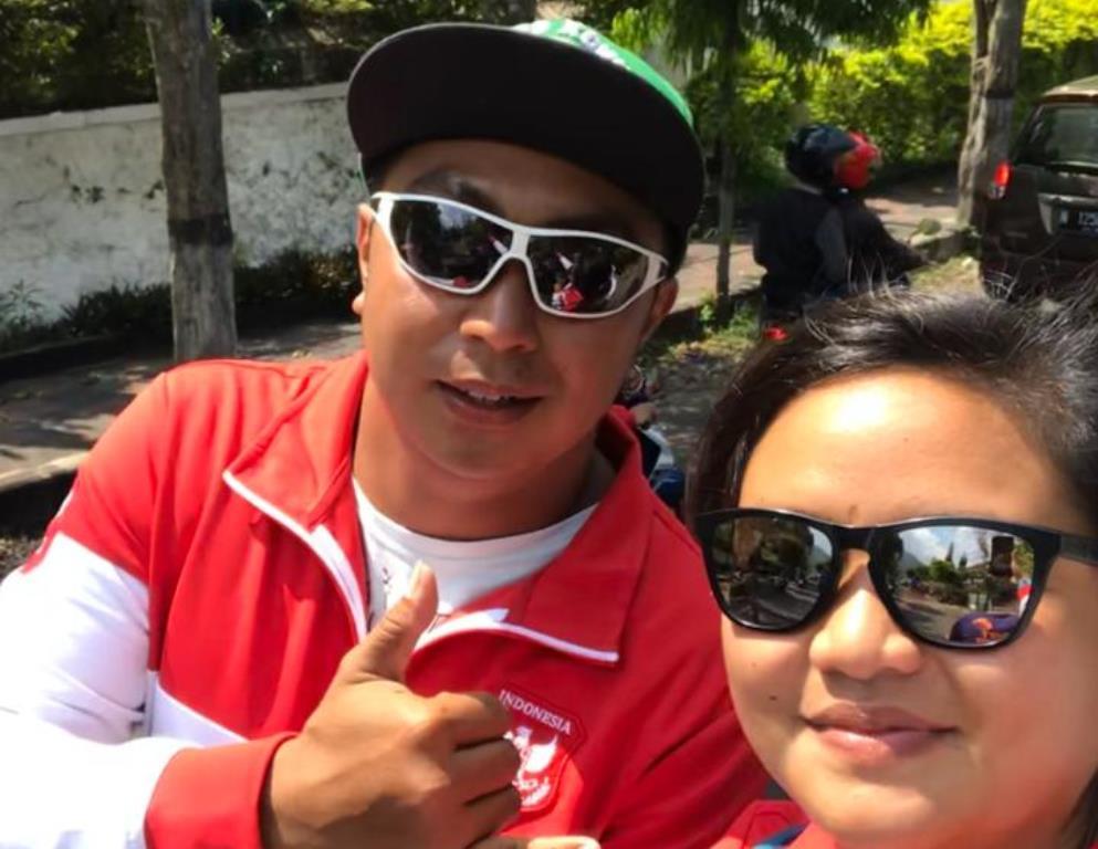 Atlet paralayang Jatim, Ardi Kurniawan (kiri) semasa hidup tengah berfoto bersama rekannya. (Foto: Istimewa)