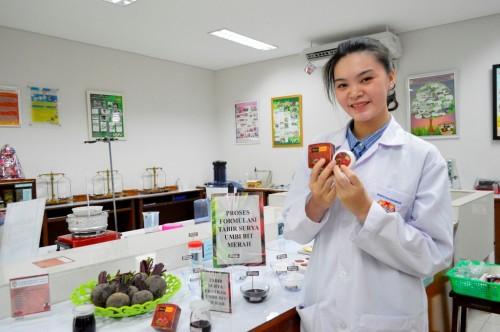 Maria Gracela bersama hasil inovasi produk BeetaBeauty, Humas