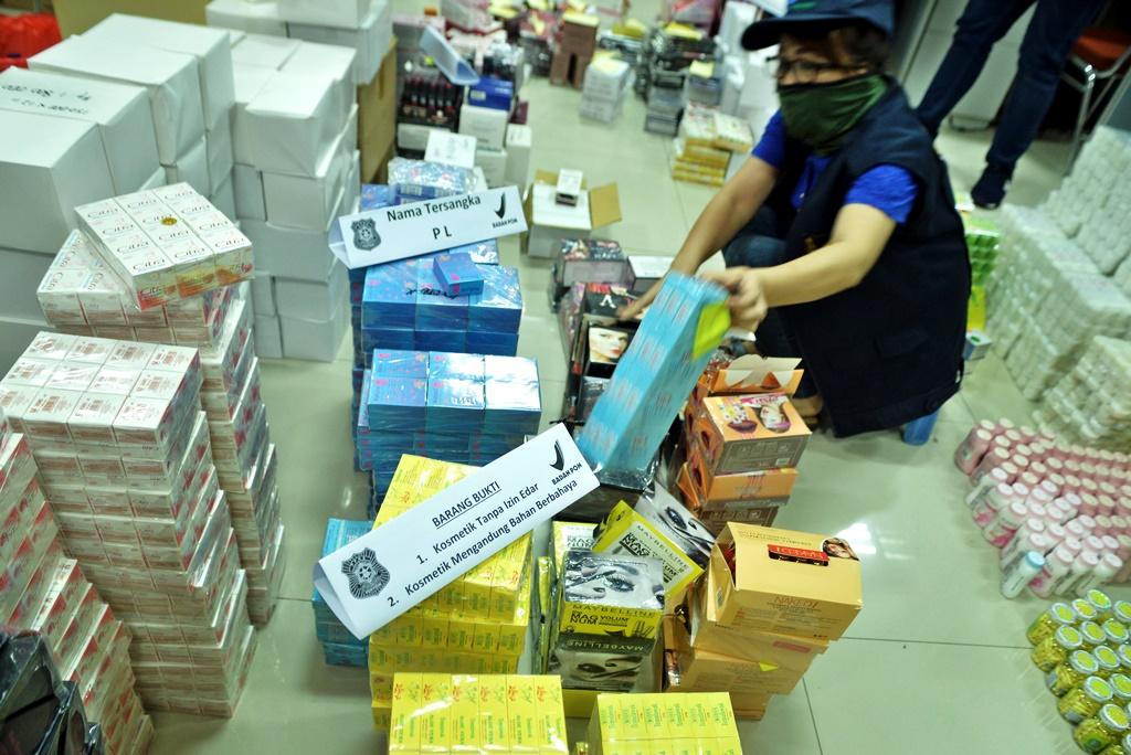 Petugas BPOM menyita kosmetik yang tidak memiliki izin edar dan mengandung zat berbahaya (Foto:Antara/Adwit B Pramono)
