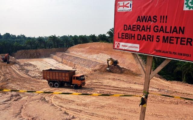 Aktifitas pembangunan proyek Tol Pekanbaru-Dumai seksi 2 di Siak, Riau, Rabu (19/9/2018). Bagian dari trans Sumatera Pekanbaru-Dumai sepanjang 131,4 kilometer ini tidak termasuk dihentikan sementara sebagai upaya menekan dampak pelemahan rupiah. Antara F