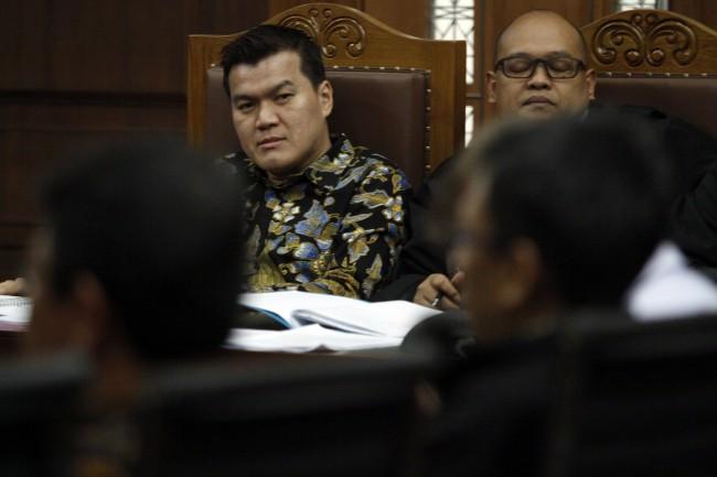 Terdakwa kasus korupsi KTP Elektronik Andi Narogong (kiri) menyimak keterangan saksi saat mengikuti sidang lanjutan di Pengadilan Tipikor, Jakarta, Senin (27/11). Bary Fathahilah/MI