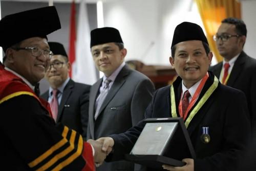 Dirjen SDID,Ali Ghufron Mukti saat menerima penghargaan dari