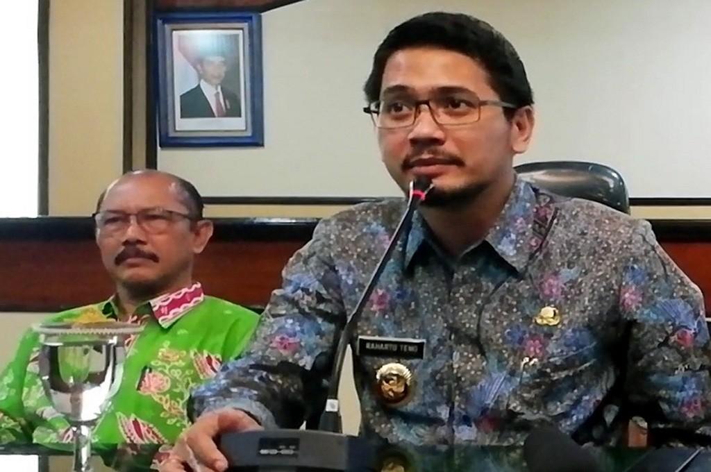 Wakil Wali Kota Pasuruan Raharto Teno Prasetyo (kanan) diangkat menjadi Plt Wali Kota setelah KPK membekuk Wali Kota Setiyono, MI - Abdus Syukur