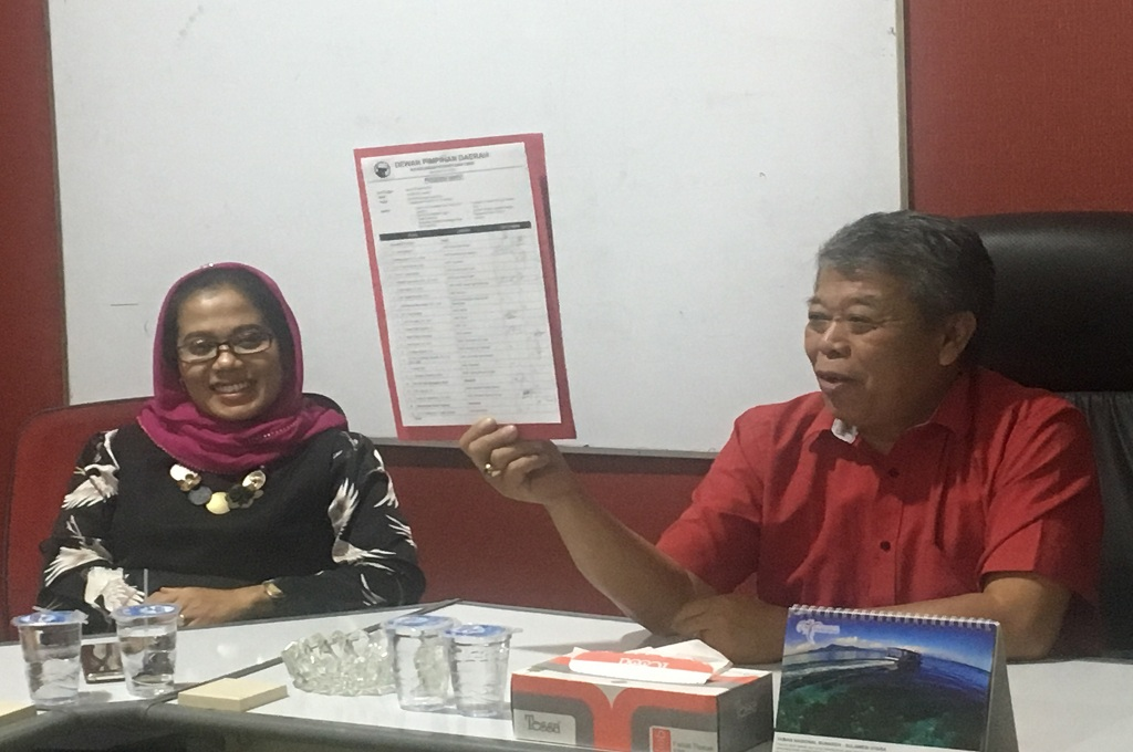 Ketua DPD PDIP Jatim Kusnadi (kanan) dan Sekretaris DPD PDIP Sri Untari (kiri) mengklarifikasi soal isu mereka terjaring OTT KPK, Senin, 8 Oktober 2018, Medcom.id - Amal