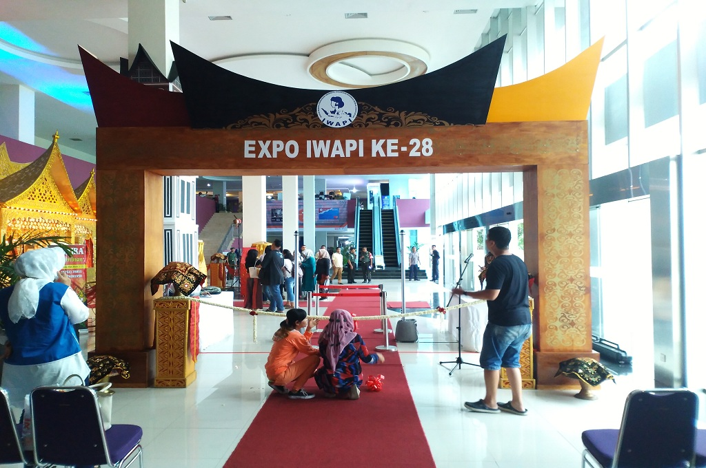 Panitia menyiapkan lokasi rapat kerja nasional IWAPI di Padang, 8 Oktober 2018, yang akan dihadiri Presiden Joko Widodo, Medcom.id - Alex Rajes
