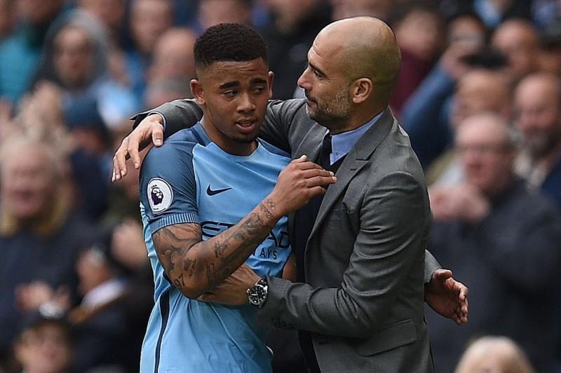 Gabriel Jesus (kiri) dan Pep Guardiola (AFP/Oli Scarff)