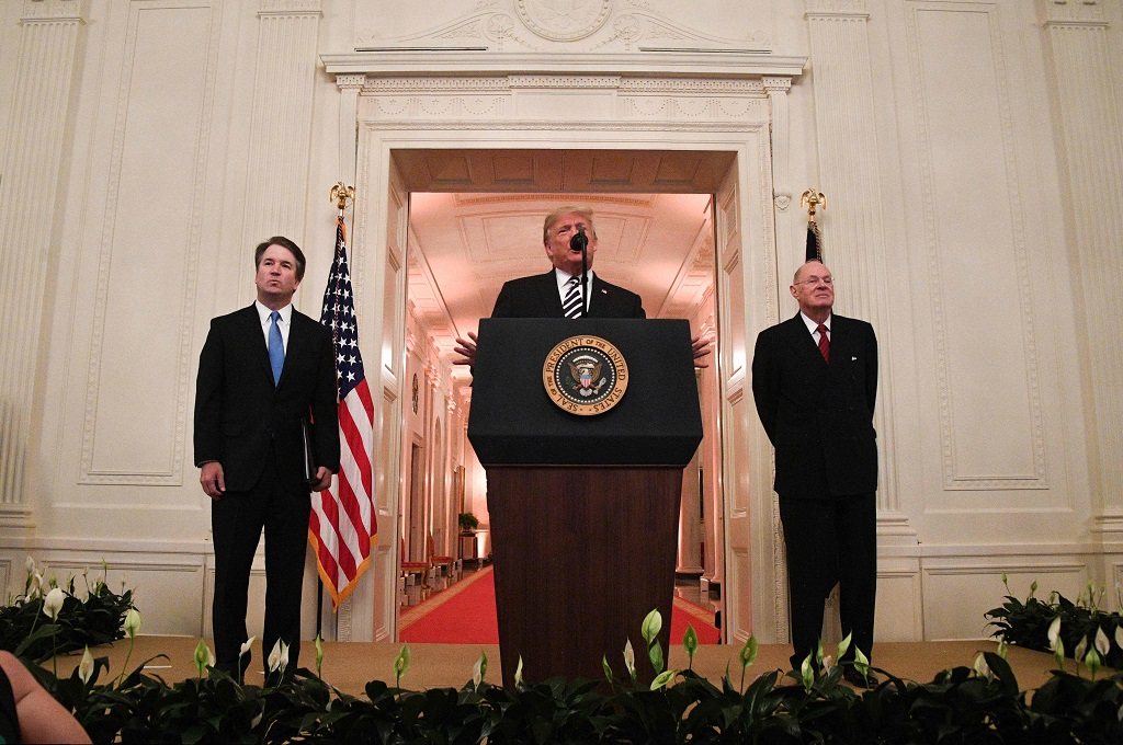 Presiden AS Donald Trump (tengah) bersama Brett Kavanaugh (kiri) di Gedung Putih,Washington, 8 Oktober 2018. (Foto: AFP/JIM WATSON)