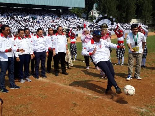Mendikbud menendang bola, menandakan kompetisi GSI 2018 tingkat