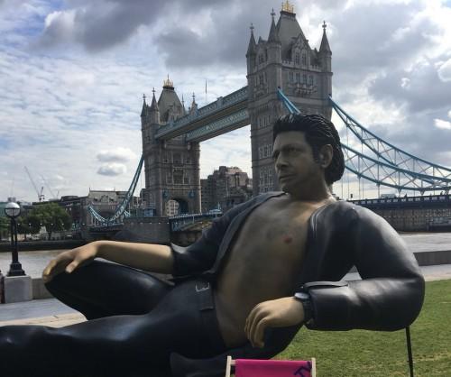Patung  Jeff Goldblum (Foto: twitter Now TV)