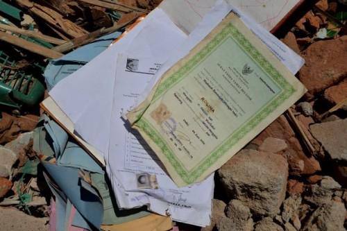Dokumen kelulusan, di antara reruntuhan bangunan terdampak gempa