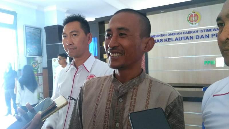 Tri Mulyadi, nelayan di Bantul, menunjukkan surat penetapan tersangka dari Polda DIY setelah menangkap kepiting, Senin, 3 September 2018, Medcom.id - Ahmad Mustaqim.