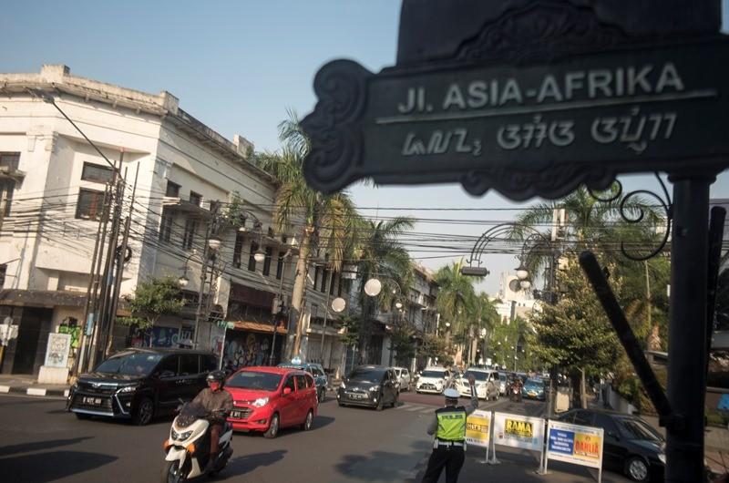 Sejumlah pengendara kendaraan bermotor melintas di Jalan Asia Afrika, Bandung, Jawa Barat, Jumat (28/9). ANTARA FOTO/Novrian Arbi.