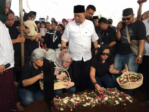 Suasana Haru Pemakaman Istri Indro Warkop
