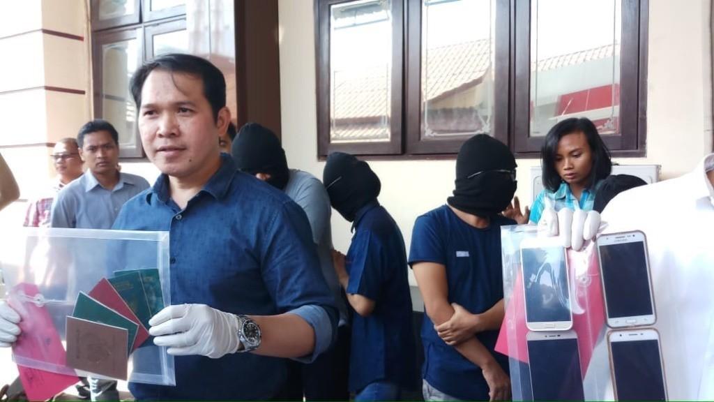 Subdit IV Renakta Direktorat Reserse Kriminal Umum (Ditreskrimum) Polda Jawa Timur saat merilis kasus swinger atau pertukaran pasangan suami istri. (Medcom.id/Amal).