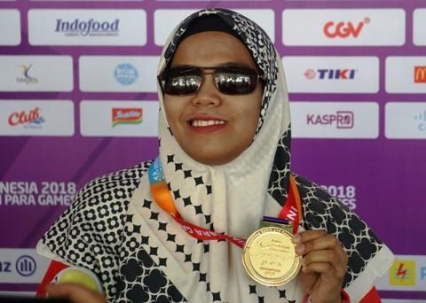 Debi Ariesta berpose dengan medali emas Asian Para Games