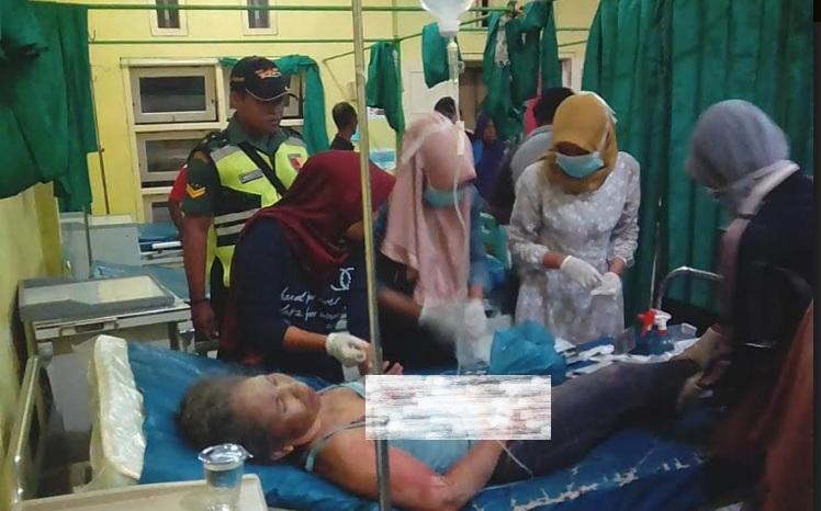Tim medis di Puskesmas Gayam menangani warga Sumenep yang menjadi korban luka akibat reruntuhan bangunan setelah gempa mengguncang, Kamis 11 Oktober 2018, dok istimewa