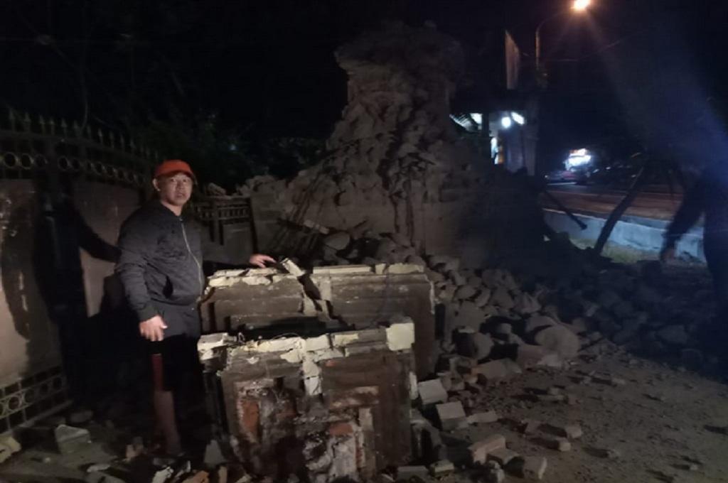 Seorang warga di Sumenep menunjukkan reruntuhan bangunan setelah gempa mengguncang, Kamis dini hari, 11 Oktober 2018, dok: BNPB