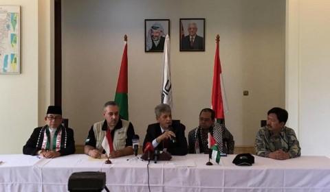 Duta Besar Palestina untuk Indonesia Zuhair Al Shun (memegang