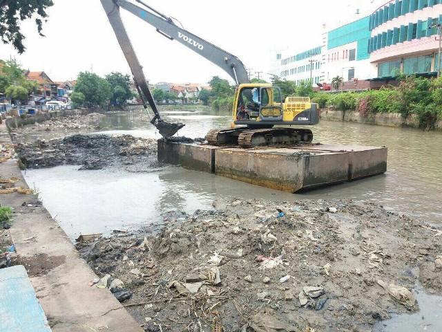 Petugas Pemkot Surabaya melakukan pengerukan lumpur di sungai, kali, dan juga saluran di Kota Surabaya, Jawa Timur, Kamis, 11 Oktober 2018. (Medcom.id/Amal)