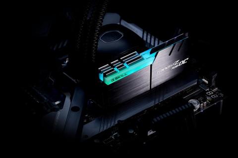 G.Skill Trident Z RGB DC terpasang di motherboard.