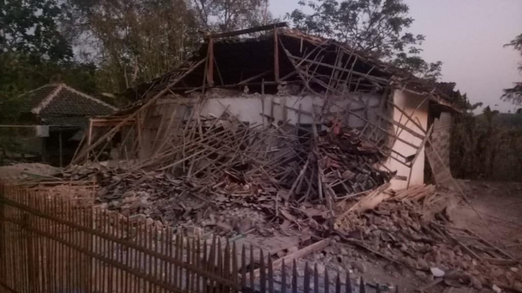 Rumah rusak akibat gempa bumi dengan kekuatan magnitudo 6,3 Skala Richter (SR) di Sumenep. Foto by Kapendam V Brawijaya