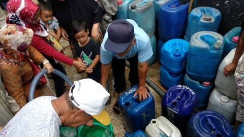 Warga menyerbu pembagian air bersih yakni di Jalan Industri