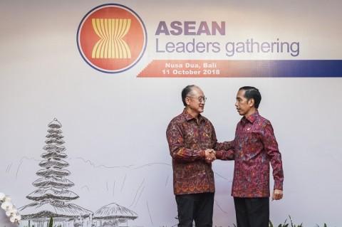 Presiden Joko Widodo (kanan) berjabat tangan dengan Presiden