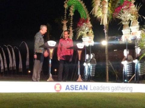 Presiden Republik Indonesia Joko Widodo(berbaju merah) di Asian