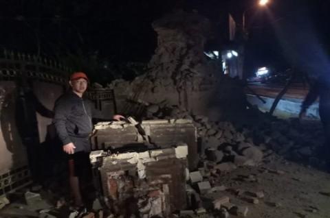 Seorang warga di Sumenep menunjukkan reruntuhan bangunan setelah