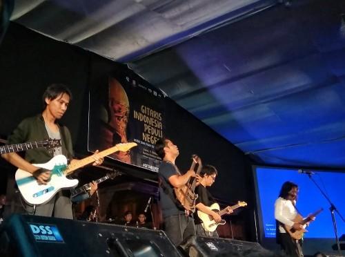 Six Strings dalam Gitaris Indonesia Peduli Negeri: Musik dan