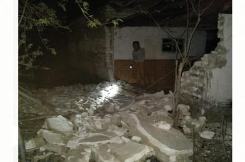 Warga di Sumenep menunjukkan kerusakan bangunan akibat guncangan