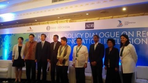Deputi Gubernur Senior Bank Indonesia Mirza Adityaswara (tengah)