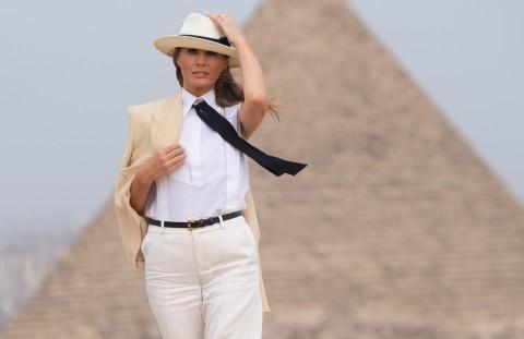 Melania Trump saat mengunjungi Piramida di Mesir. (Foto: AFP).