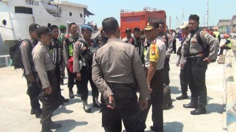 Anggota Polres Sumenep saat mau berlayat ke Pulau Sapudi -