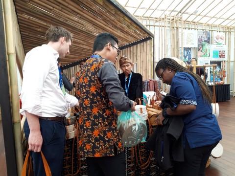 Delegasi Afrika melihat Paviliun Indonesia di Annual Meeting