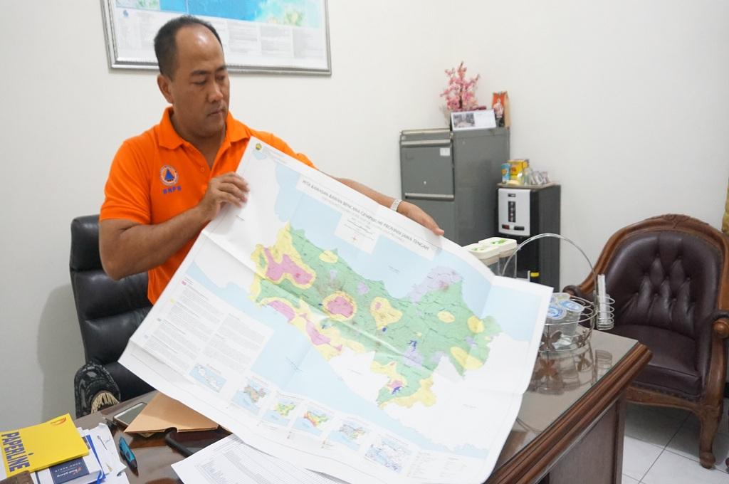 Kepala BPBD Jepara, Arwin Nor menunjukan peta rawan gempa, Medcom.id - Rhobi Shani