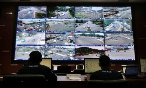 Petugas memantau CCTV di ruang control CCTV di Gedung NTMC