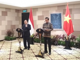 Jokowi, Vietnamese PM Meet in Bali, Discuss Economic Ties