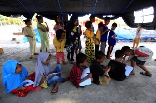 Suasana anak dan remaja di tenda pengungsian pascabencana,