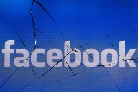 Facebook hapus penyebar hoaks politik di AS. (Photo by JOEL
