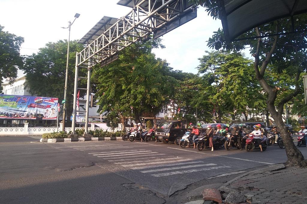 Suasana di sebuah lampu lalu lintas di Surabaya, Jumat, 12 Oktober 2018, Medcomid- Hadi