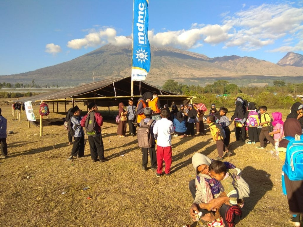 Relawan dari UMM saat melakukan pelayanan psikososial kepada korban bencana gempa di Lombok. Foto: Istimewa/Tim MDMC UM