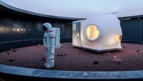 Display maket Mars Case ukutan 1:1 dalam pameran China House