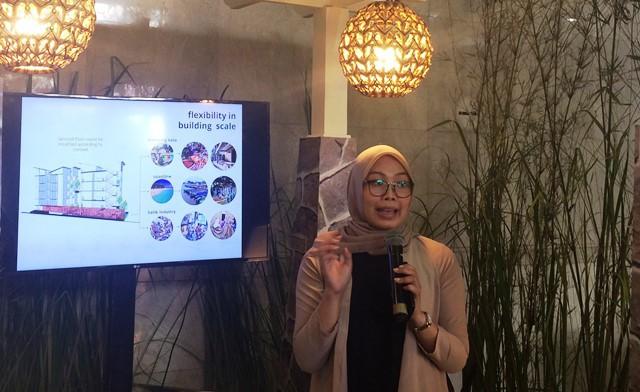 Tia Aprilitasari saat menjelaskan konsep Omah Uwoh. (all photos: T&T Studio)