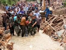 TNI Bantu Evakuasi Korban Banjir di Mandailing Natal