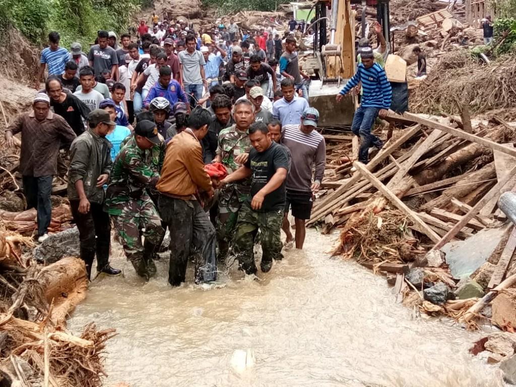 Ilustrasi. Personel TNI dan warga membantu proses evakuasi korban banjir di Mandailing Natal, Sumatera Utara. Foto: Istimewa.